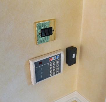 MM4A-2212-EU Mini Monitor link to burglar alarm